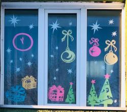 Учреждения Киселевска начали оформлять свои окна и фасады к Новому году